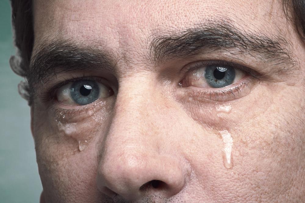 بالصور رجل يبكي , بوستات دموع رجل 702 2